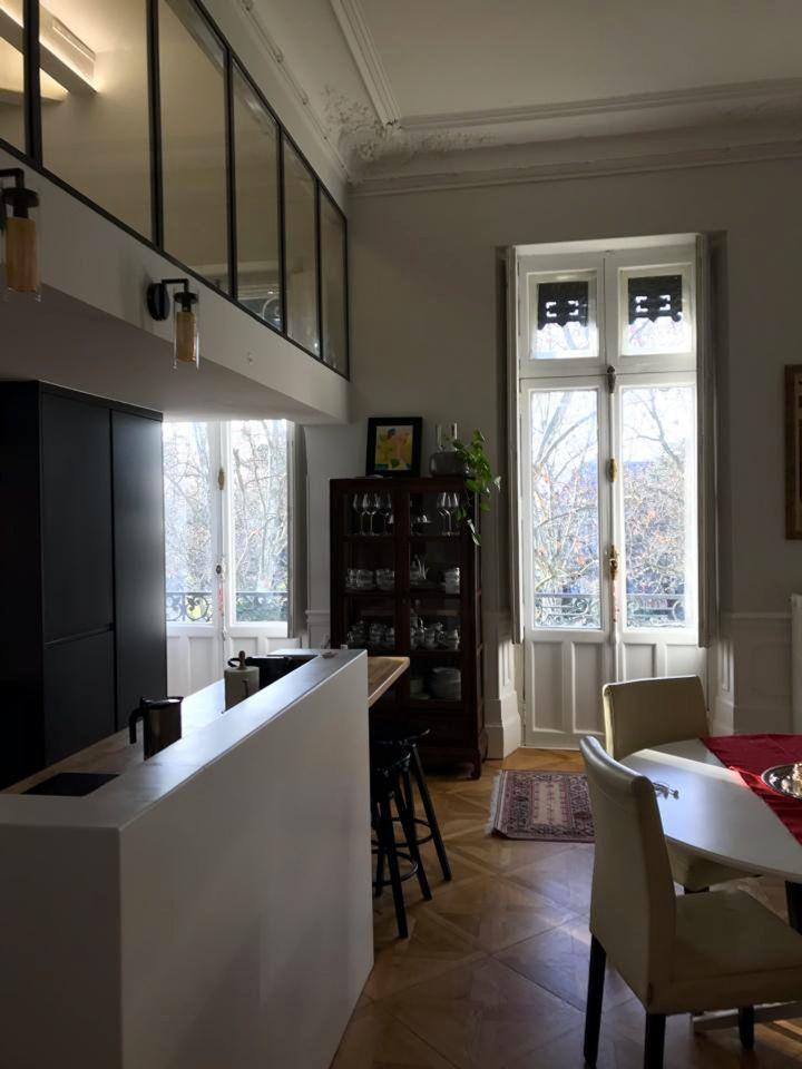 Vue intérieure d'un appartement style haussmannien rénové par Nada El-Maari