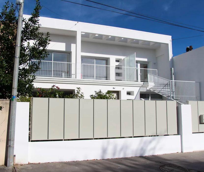 Vue de la façade extérieure d'une maison des années 60 rénovée par l'Atelier d'architecture Pilon & Georges